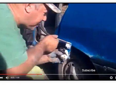 Incredibile la tecnica che questo tizio usa per verniciare l'auto
