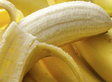 Una banana al giorno, i benefici del frutto che toglie gonfiore e stress