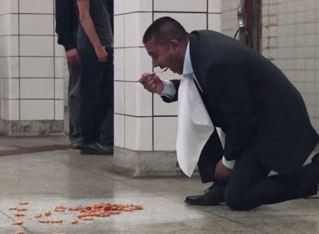 Mangia sul pavimento della metropolitana, per dimostrare la qualità dei suoi lavapavimenti