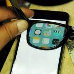 Gli occhiali che rendono visibile solo a voi lo schermo del cellulare