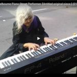 La pianista di strada 80enne che ha incantato il mondo.
