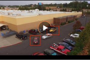 Gli soffia il posto auto nel parcheggio: il conducente della jeep se lo riprende in maniera furba